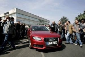 La macchina di Nicolas Polutnik 'assediata' dai lavoratori (AP Photo/Laurent Cipriani)