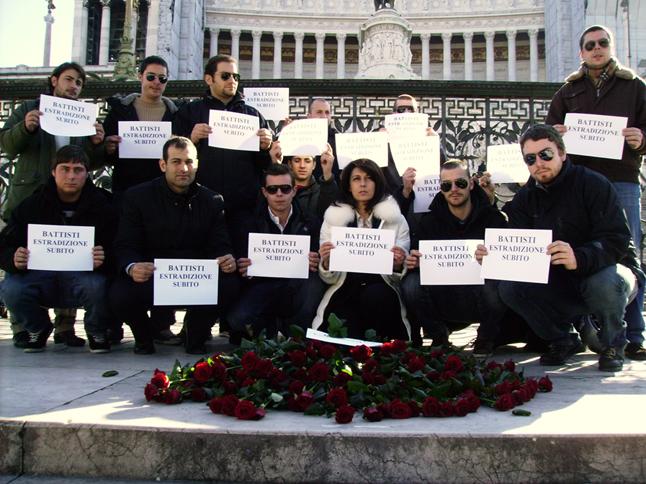 Militanti fascisti chiedono l'estradizione di Battisti