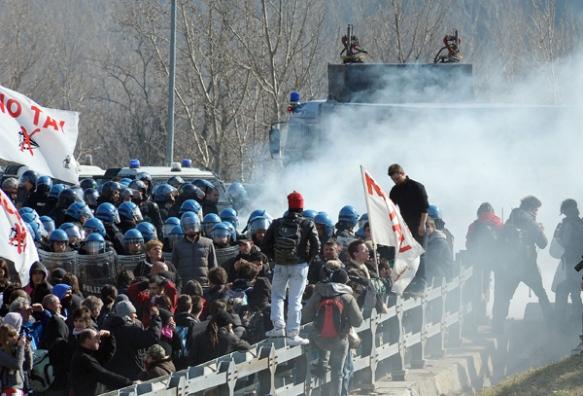 La Polizia sgombera il blocco dei NO TAV dell'autostrada A32 Torino Bardonecchia, Torino, 28 febbraio 2012. ANSA/ALESSANDRO DI MARCO